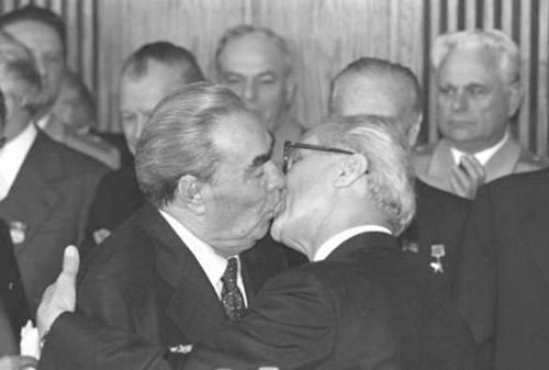 El beso de Mijail Gorbachov a Erich Honecker unos días antes de la caída del muro de Berlín.