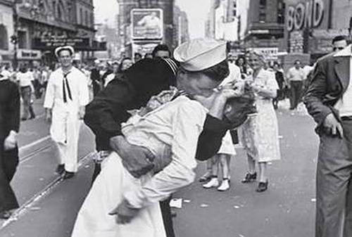 El beso que sello el final de la segunda guerra mundial