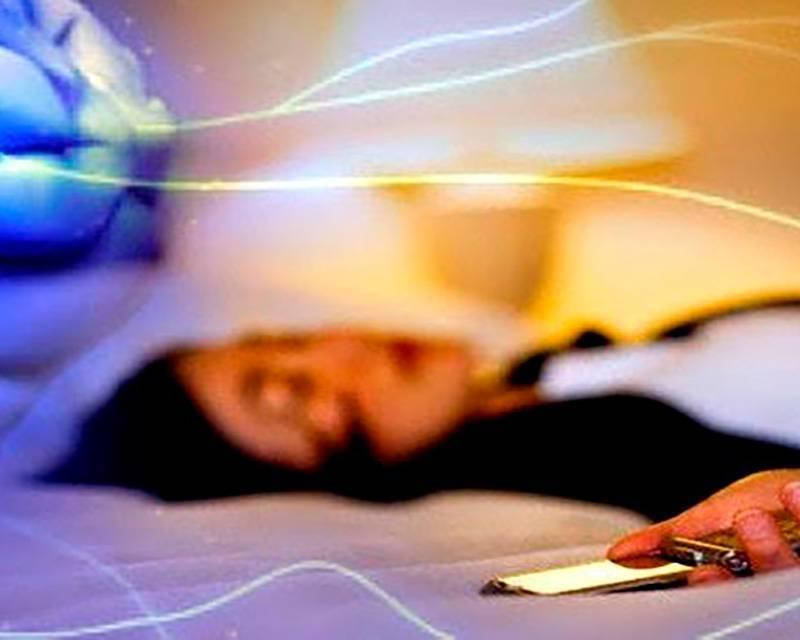 Es aconsejable dormir con el teléfono móvil lo más alejado del cuerpo posible.